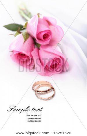 anillos de boda y rosas