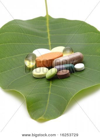 vitaminas, comprimidos e comprimidos na folha verde