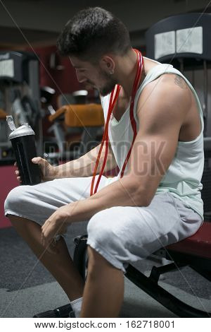 Young athlete bodybuilder using steroids for increasing lean masse