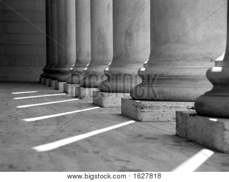 Colunas jónicas (preto e branco)