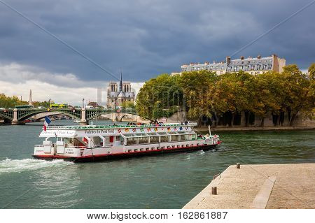 View From Ile Saint Louis To Ile De La City In Paris, France. They Are The 2 Remaining Natural Islan