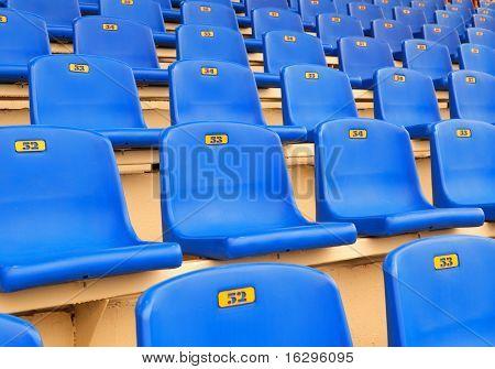 Asientos azules oscuros en una tribuna de deportes