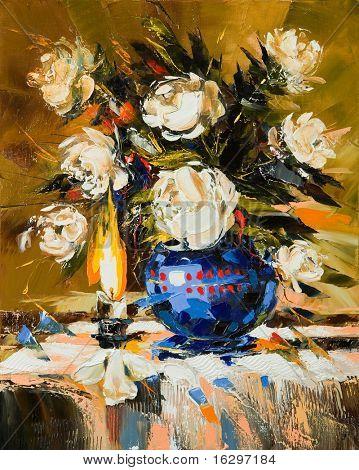 Buquê de flores brancas em um vaso azul escuro