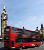 Постер, плакат: Биг Бен знаменитой часовой башни в Вестминстер часть Лондона с типичными красные двухэтажные i