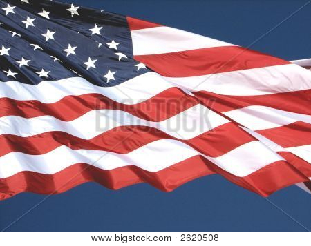 entfaltet amerikanische Flagge