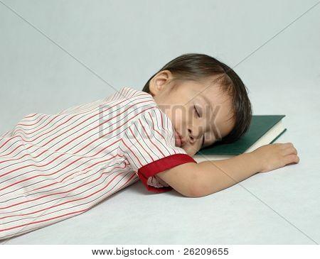 kleiner Junge schläft nach dem Lesen Buch