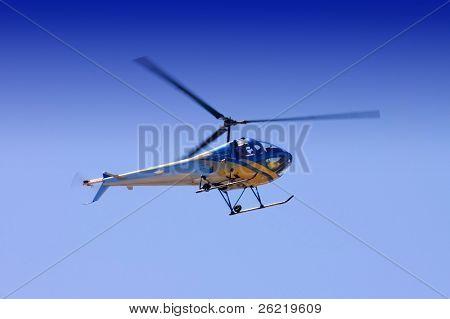 Helicóptero congelado no tempo, com rotores capturados com ilustrando algum movimento nas pontas