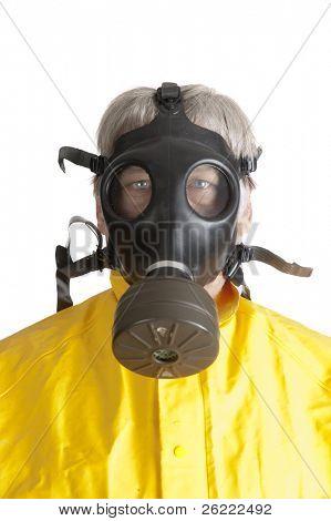 Hombre en un traje de materiales peligrosos de goma con una máscara de gas