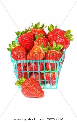 Schale oder Korb mit frischen Erdbeeren auf weißem Hintergrund