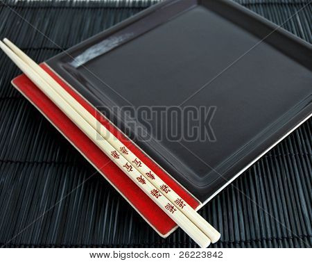 schwarz und rot orientalische Platte mit Stäbchen