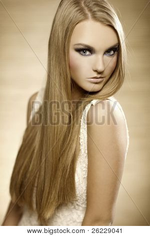 Portrait of beautiful blonde Girl mit langen Haaren