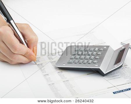 Análisis de mercado - números en papel y pluma