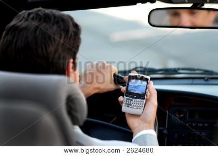 Teléfono de comprobación de hombre de negocios