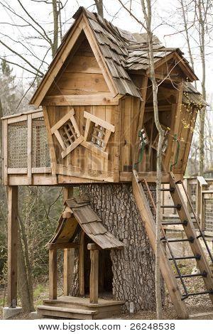 Fröhlichkeit Baumhaus im Wald