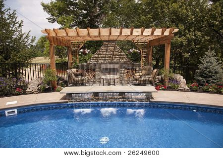 Patio trasero de lujo con piscina