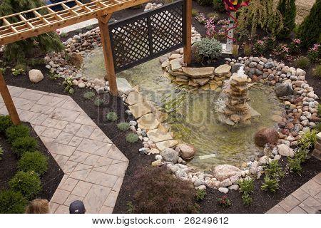 schönen Garten Brunnen und pool