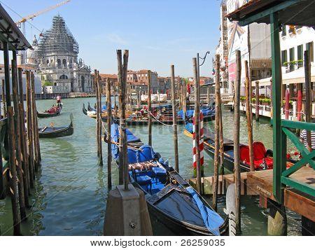 Góndolas amarran en el gran canal en Venecia