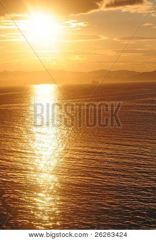 Orange mystische Sonnenuntergang des japanischen Meer