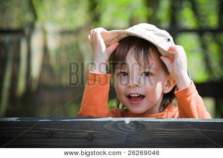 niño juguetón con su sombrero