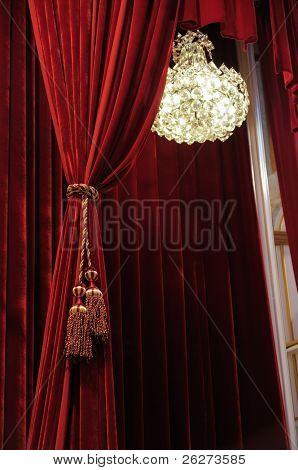 Araña de cristal con cortinas de teatro etapa rojo