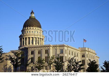 El Capitolio del estado de Utah está situado en el Capitolio, con vistas al centro de Salt Lake City, Utah.