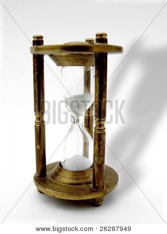 Messing Stunde Glas isoliert auf weißem Hintergrund mit Schatten