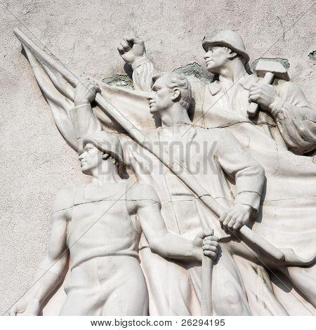 Estatua en la pared de la descomposición de una fábrica abandonada se mantuvo desde los tiempos del comunismo