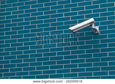 Sicherheits-Kamera auf der Wand eines Gebäudes
