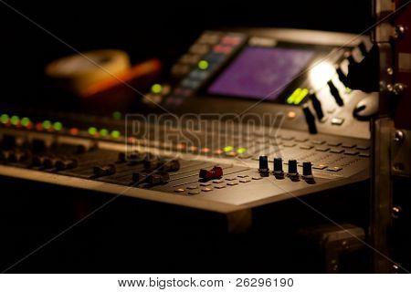 Mezclador de la tapa armónica en un concierto, enfoque superficial