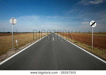 gerade asphaltierte Straße