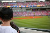Junge Baseball-Fan Uhren der Major League Baseball game