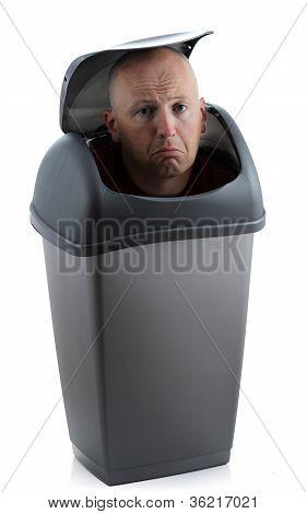 hombre en bin