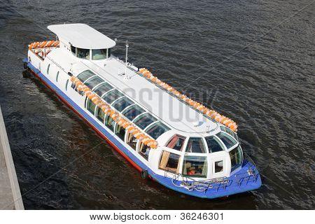 La nave del vapor de pasajeros hermosa