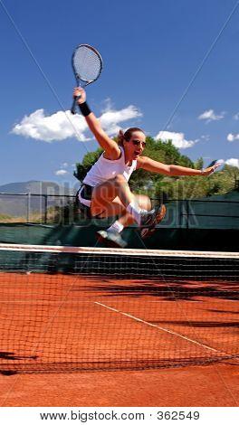 Mädchen springen Tennis net