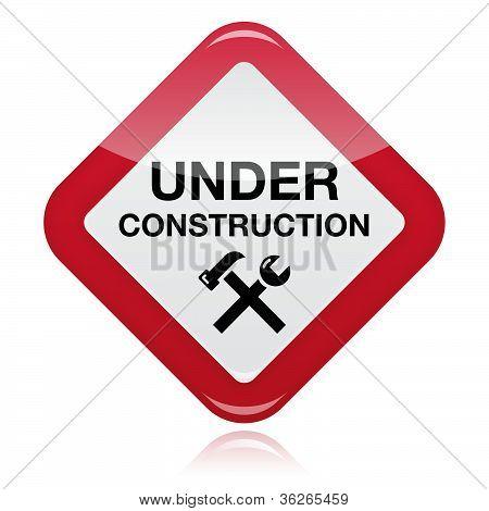 Bajo el signo de advertencia de construcción rojo