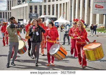 Moscow - September 1, 2012: Men And Women  In Fancy-dress With Cylinder Go On Prospectus  Academicia