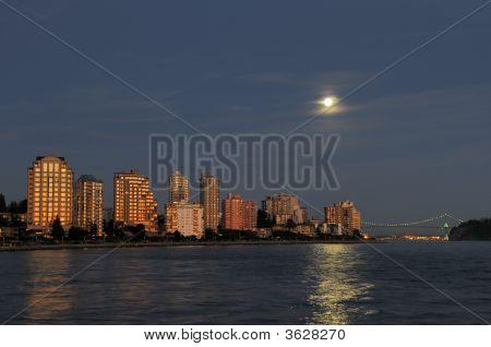 North Vancouver Waterfront Gebäude bei Mondaufgang