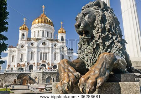 Monument reclining lion with Christ the Savior Cathedral in Moscow