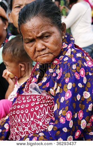 Anciana en la celebración del Vesak