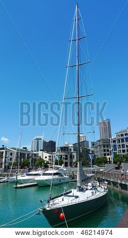 Yacht an der Waterfront in Auckland, Neuseeland