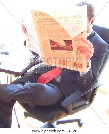 Exekutive, die Zeitung lesen