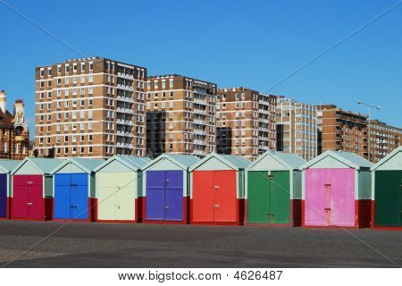 Cabañas de playa de color en Brighton. East Sussex. Inglaterra