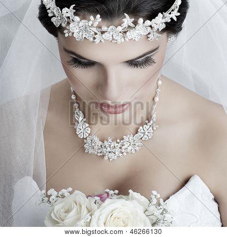 Retrato de noiva linda. Vestido de casamento. Decoração do casamento