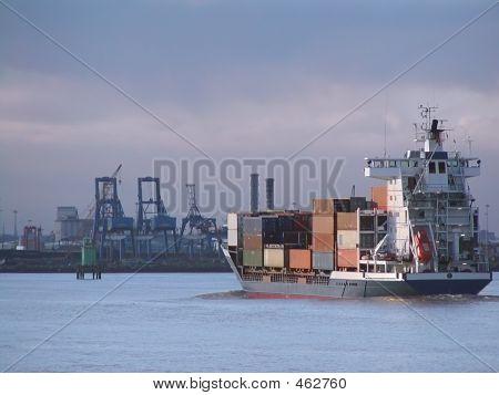 Containerschiff nahenden docks