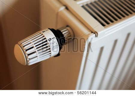 Control knob of a standard radiator is set to highest level.