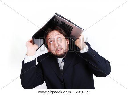 Un joven atractivo traje con Laptop