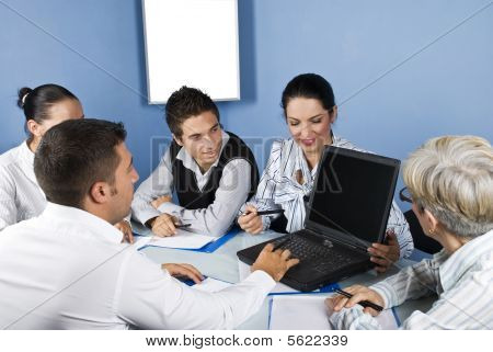 Trabalhando no Laptop na reunião de pessoas de negócios