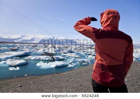 weibliche Wanderer betrachten Eisberg gefüllten Lagune, Jokulsarlon, Island