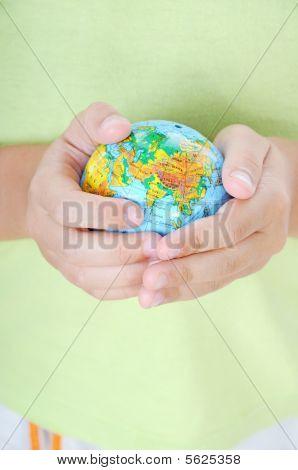 Muchacho con el planeta tierra