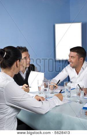 Gruppe von Menschen sprechen Tagung